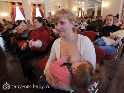 В Красноярске устраивают массовое публичное кормление грудью и борются с аб