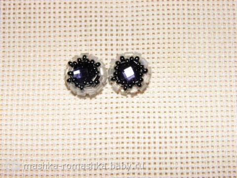 Пришить 7 бусин 6 по верхней линии глаз, одну в качестве носика, остальное обшить белым бисером 8.