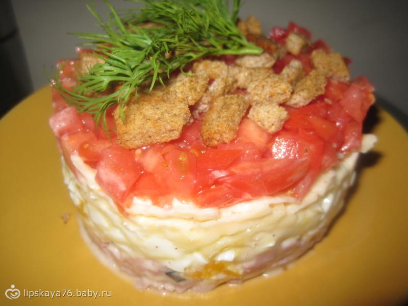 Салат с сухариками и бужениной