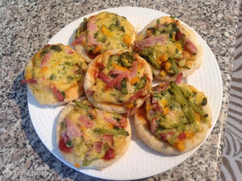 Творожные лепешки с сыром, колбасой и маринованным огурцом