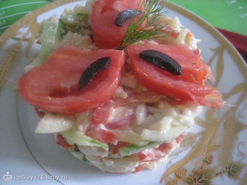 Овощной салат с сыром и яйцом)))
