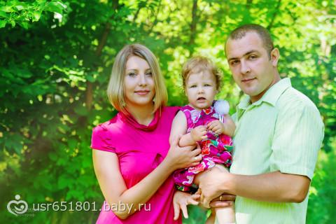 Камилла с мамой и папой в летний полдень!