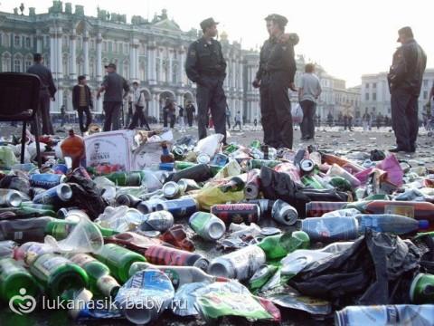 Утро после всероссийского бала выпускников средних школ «Алые паруса» в Санкт-Петербурге на Дворцовой площади.