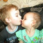 Братский поцелуй.